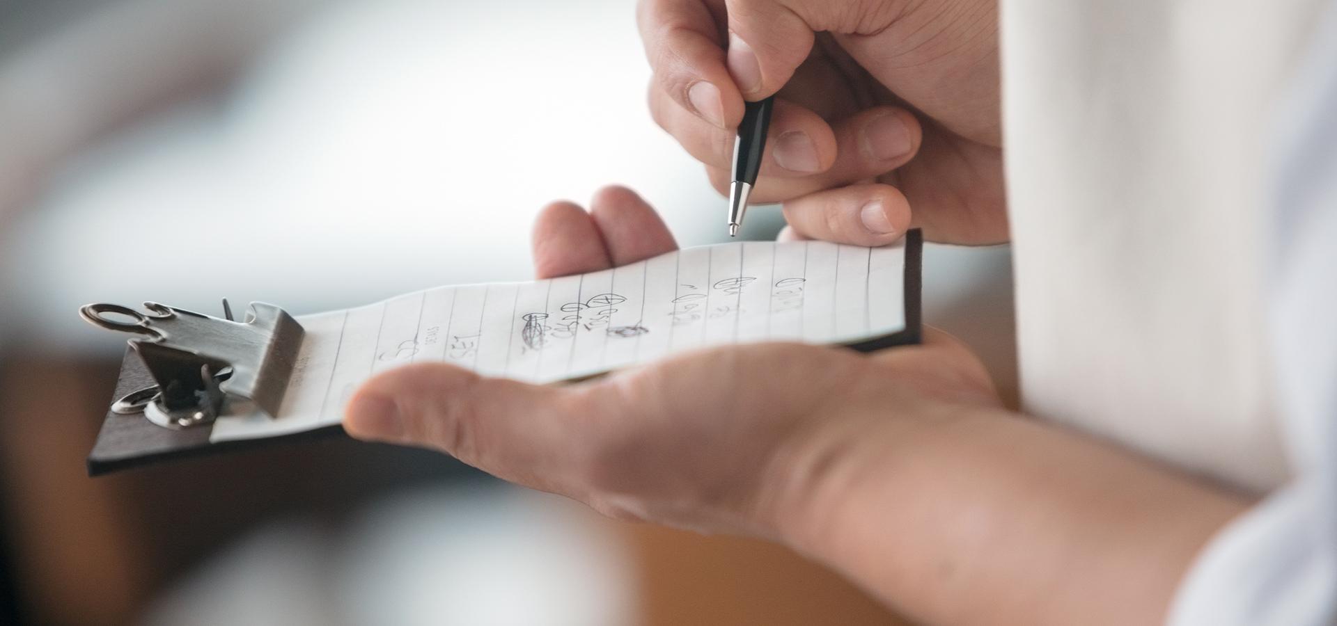 Nahaufnahme Schreibblock - Bestellung wird aufgenommen