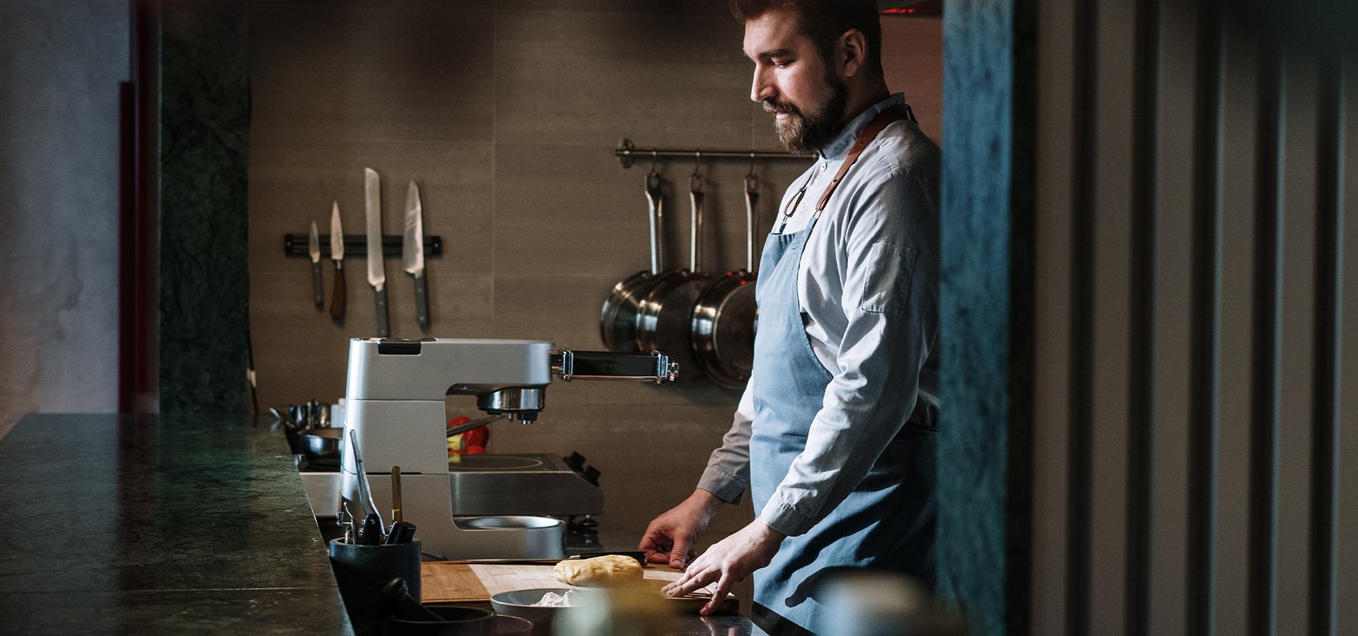 Junger Mann steht am Küchentresen